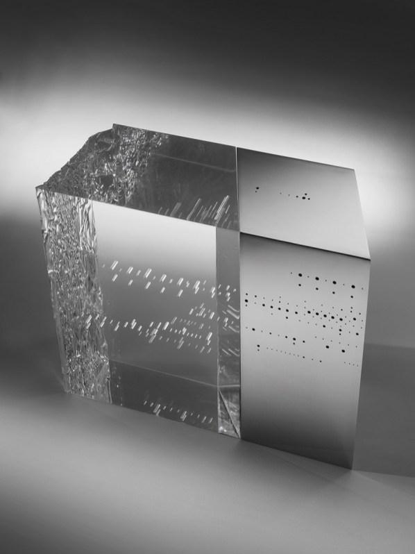 Riccardo De Marchi, Senza titolo, 2017, plexiglass, acciaio inox a specchio e buchi, cm 39x46x18, foto Primastudio, Udine