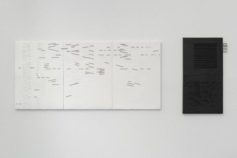 Giovanni Campus, Segnico continuo, 1978, grafite e corda su carta Canson gr. 640, 3 esemplari, 56x76 cm ciascuno; Segnico continuo, 1977, acrilico e corda su tela, 87x45 cm, Capitolo 2, MA*GA Foto © Flavio Pescatori