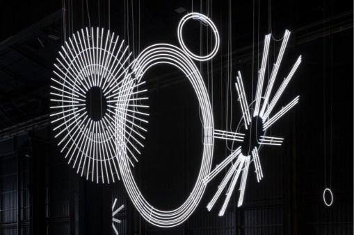 Cerith Wyn Evans, Radiant Fold (…the Illuminating Gas), 2017-2018, veduta dell'installazione, Pirelli HangarBicocca, Milano, 2019. Courtesy dell'artista; Amgueddfa Cymru - National Museum Wales e Pirelli HangarBicocca. Foto: Agostino Osio