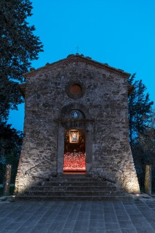 Vittorio Corsini, ROVO 2018, acciaio, polveri, neon, voce Laura Pugno, Cappella dei Santi Rocco e Sebastiano, Fabbrica, dimensione ambiente, courtesy Fondazione Peccioliper, Ph. OKNOstudio