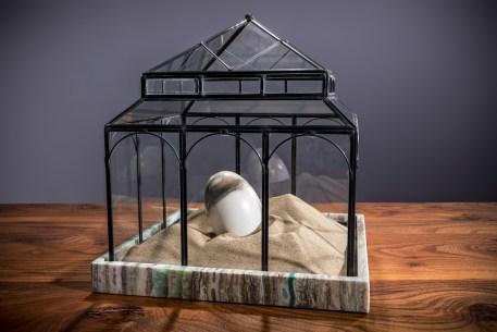 Ilaria Gasparroni, L'attesa, 2019, marmo Calacatta, onice Pakistano verde, sabbia, vetro e ferro. Foto: Riccardo Piccioni