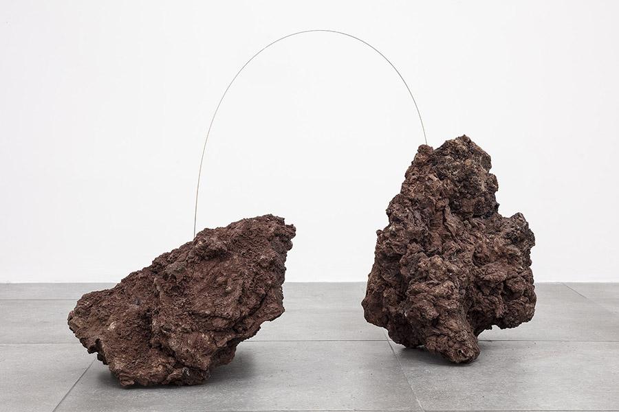 Joana Escoval, Living metals II, 2019, roccia vulcanica e rame, 62x110x43 cm Courtesy dell'artista e Vistamare. Vistamarestudio, Pescara / Milano. Fotografia di Filippo Armellin
