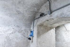 Lorenzo Lunghi, Untitled, 2020, alluminio, ccfl Inverter, resina pigmentata, scotch isolante, fascette, trasformatore, dimensioni variabili Fotografia di Angelo Iaia