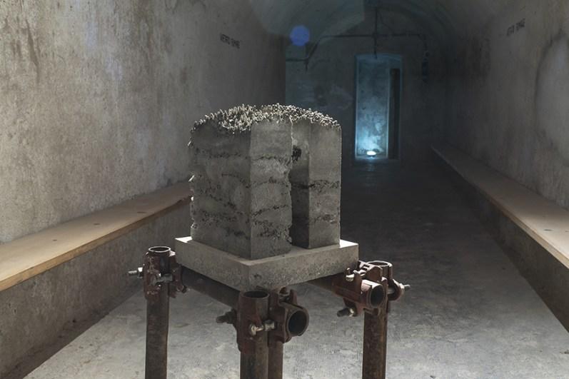 Pietro Vitali, Interspace, 2019-2020, gomma siliconica, sale, cemento, dimensioni variabili Fotografia di Angelo Iaia