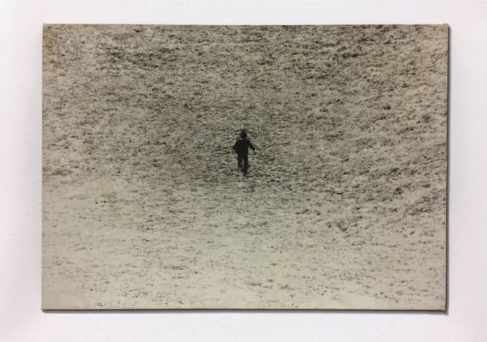 Giovanni Anselmo, Entrare nell'opera, 1971, fotografia su tela emulsionata, 46x61 cm Edizioni Multipli - Torino, 25 ex. © Giovanni Anselmo