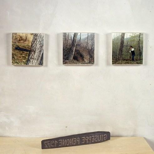 Giuseppe Penone, Scrive – Legge – Ricorda, 1969-72, 3 fotografie a colori 19x19 cm ciascuna e cuneo in ferro 5.5x43x4.5 cm, Edizioni Multipli - Torino, 50 ex. © Giuseppe Penone