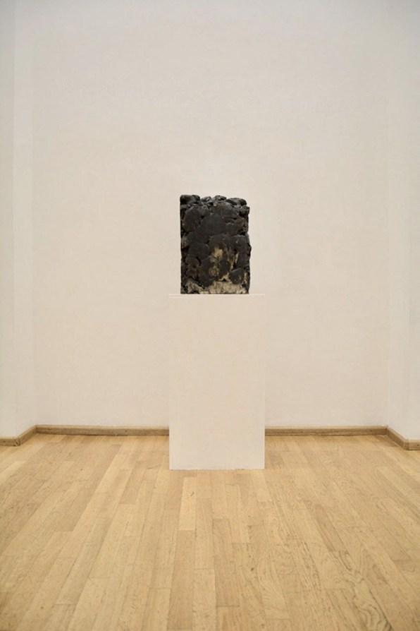 Silvia Celeste Calcagno, Dirt, 2019, scultura in gres, 60x36x10 cm Courtesy Nuova Galleria Morone, Milano
