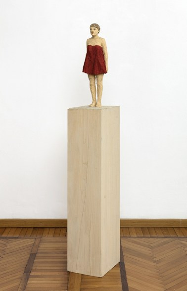 Stephan Balkenhol, Woman with red dress, 2019, legno Wawa dipinto, 165×24.5×29.5 cm Courtesy Monica De Cardenas, Milano Credit Andrea Rossetti