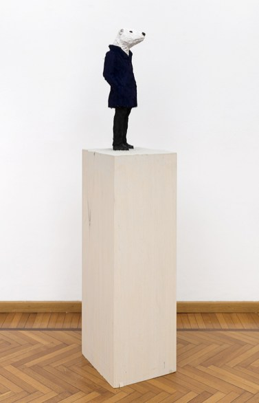 Stephan Balkenhol, Icebear, 2019, legno Wawa dipinto, 170×34.5×39.5 cm Courtesy Monica De Cardenas, Milano Credit Andrea Rossetti