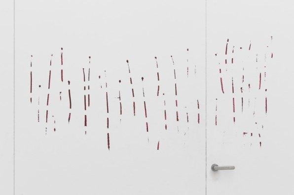 Corrado Levi. Tra gli spazi, veduta della mostra (Pittura su muro e porta, 1985-2020) © Triennale Milano Foto Gianluca Di Ioia