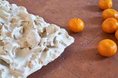 Serena Fineschi, Paesaggi d'inverno (Caption Series), 2020, pinched clay and tangerines (detail)