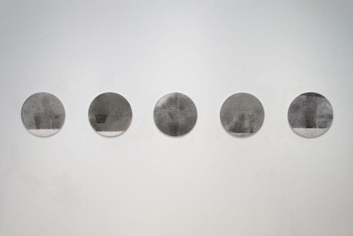 Debora Fella, Carte d'ombra, 2020, ardesia, carbone, grafite e olio su carta, dimensioni variabili