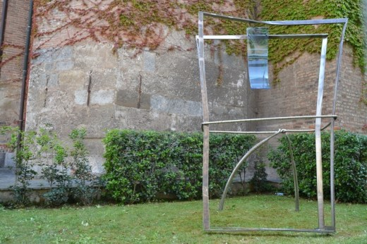 Valdi Spagnulo, Lembo di Cielo, 2006, acciaio inox satinato, brunito e spazzolato, plexiglass trattato e colorato, 310x220x120 cm (Giardini del Duomo)