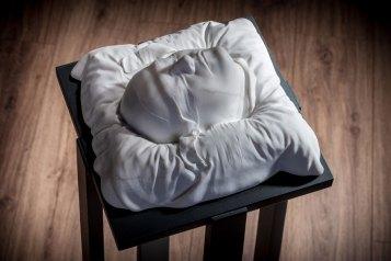 Ilaria Gasparroni, I ciechi, 2019 (dettaglio), marmo Calacatta oro, base in legno, cm 24x23x10 (marmo), cm 33x31x100 (base) Foto © Riccardo Piccioni