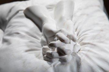 Ilaria Gasparroni, La morte degli artisti, 2019 (dettaglio), marmo Calacatta oro, base in legno, cm 23x24x11 (marmo), cm 33x31x100 (base) Foto © Riccardo Piccioni
