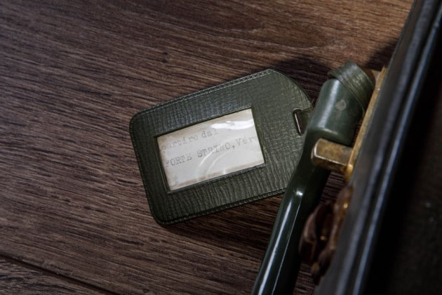 Ilaria Gasparroni, Memoria e ricordo, 2020 (dettaglio), marmo Calacatta oro, valigia di cartone, cenere, fiore secco di Gypsophila e bossolo di proiettile, cm 21.5x20.5x0.8 (marmo), cm 50x30.5x14 (valigia), misura scultura installata cm 50x40x71 Foto © Riccardo Piccioni