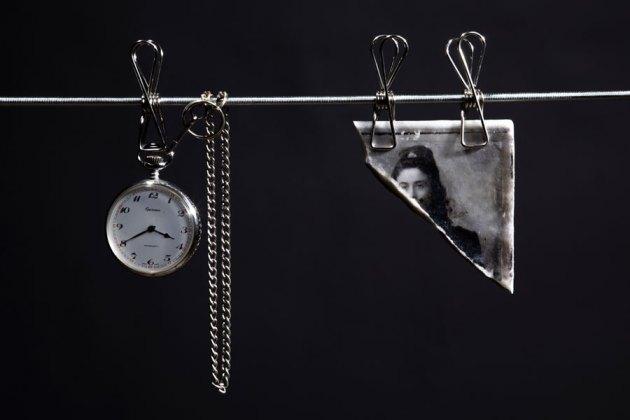 Ilaria Gasparroni, The memory of paper | Fotografie, 2019 (dettaglio), marmo Calacatta oro, legno di noce e acciaio inox, cm 24x15x1 (mm 0.6) (marmo) e cm 23x15x0.5, cm 145x40x3 (base) Foto © Riccardo Piccioni
