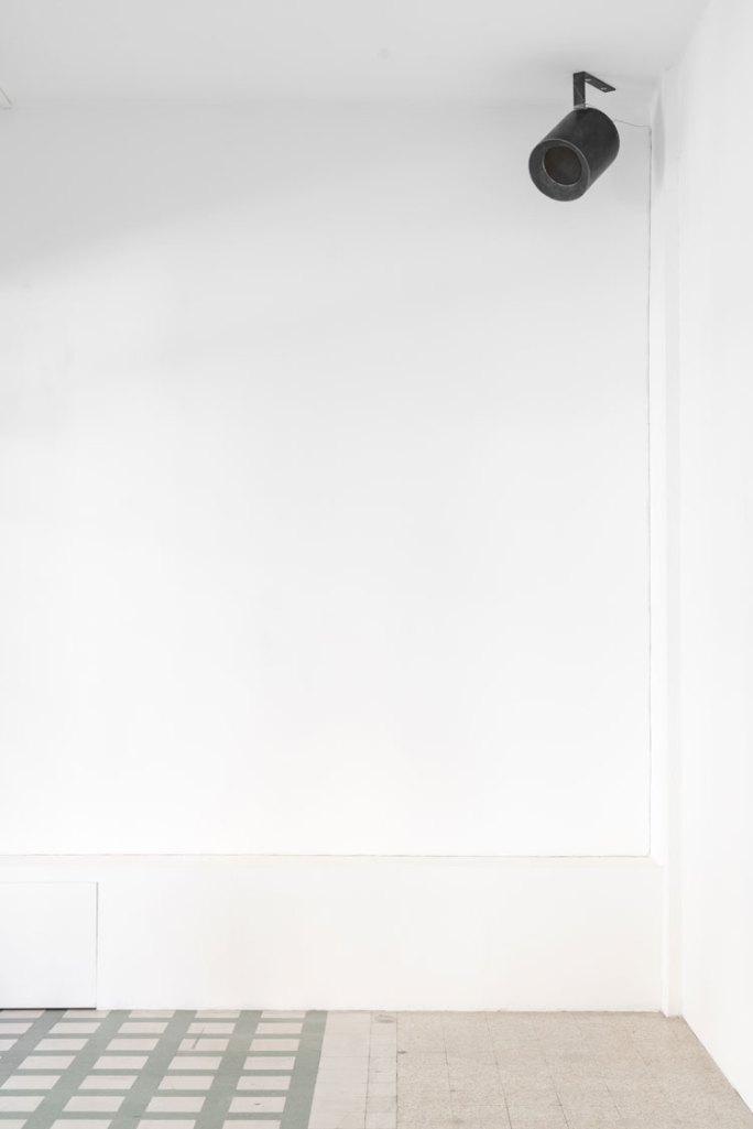 L'orecchio di Dionisio, veduta della mostra (Miroslaw Balka, 61x59x31-Sereno è, 2006-17, audio by Drupi, acciaio, loudspeaker, cavi), Galleria Raffaella Cortese, Milano Foto Lorenzo Palmieri Courtesy l'artista e Galleria Raffaella Cortese, Milano