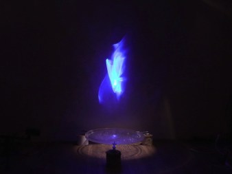 Pietro Pirelli, Idropiro, 2014/2020, dispositivo elettroacustico, acqua e plexigas suono, luce laser, 25x80 cm diametro