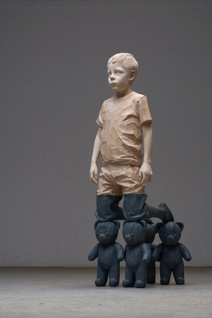 Willy Verginer, Il gioco infinito, 2020, legno di tiglio, colore acrilico, 132x41x50 cm
