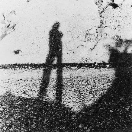 Cioni Carpi, Ritratto dell'artista come ombra sul muro, 1957-1975, fotografia in bianco e nero, 50.5x50.5 cm Collezione privata, Milano © Alberto Messina, 2020