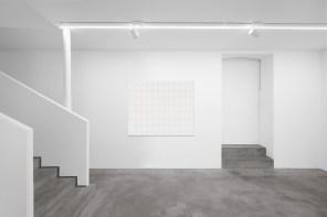 Turi Simeti, 96 ovali bianchi, 1965, collage di tela su tela, 130x150 cm Courtesy Dep Art, Milano Foto Bruno Bani