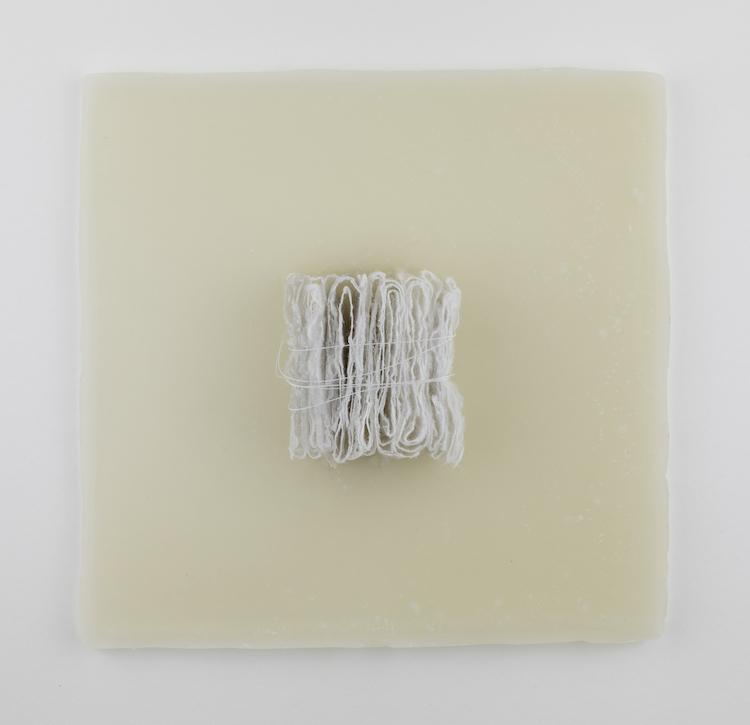 Giulia Spernazza, Memorie custodite, 2020, carta giapponese, cera e filo, 40x40 cm Credits Manuela Giusto