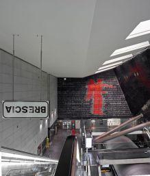 Emilio Isgrò, Incancellabile Vittoria, 2020, Stazione FS della metropolitana di Brescia Photo: Alessandra Chemollo