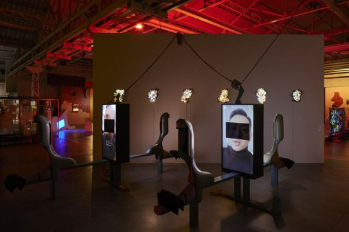 Neïl Beloufa, Veduta della mostra Digital Mourning, Pirelli HangarBicocca, Milano, 2021, Courtesy l'artista e Pirelli HangarBicocca, Milano – Photo Agostino Osio