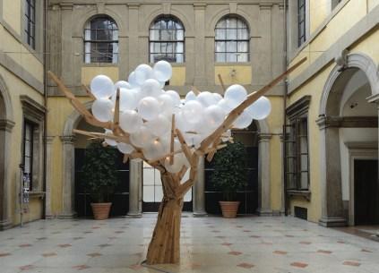 Jacob Hashimoto, Tree III, 2008, legno, acciaio, sfere in polietilene, cavi elettrici, trasformatore, 500x400x400 cm