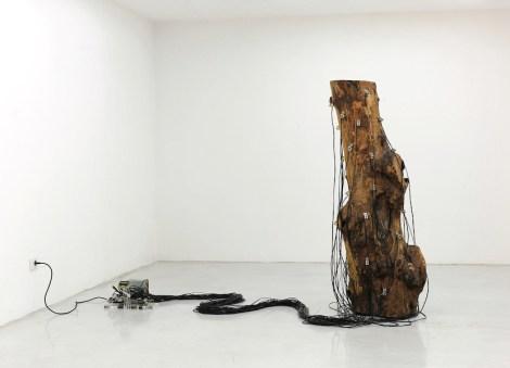 Roberto Pugliese, Critici, ostinati, ritmici - Installazione sonora interattiva, 2011, legno, microcontrollore, elettromagneti a martello, software, sensori, dimensioni variabili