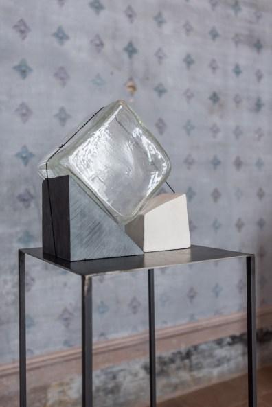 Alice Cattaneo, Untitled 2019, vetro soffiato di Murano, ardesia, cotone Courtesy dell'artista Foto Francesco Lillo