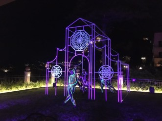 Nicola Evangelisti, Tempio della luce, 2021, installazione luminosa site-specific (con performance di eVolution Dance Theater), Belmond Grand Hotel Timeo, Taormina (ME)