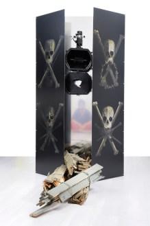 Fausta Squatriti, OEuvre au noir: Alter Ego, 2009, stampa digitale su acciaio, acciaio specchiante, legno, faro con bitume, 179x160x100 cm Courtesy Archivio Fausta Squatriti e Galleria Bianconi, Milano