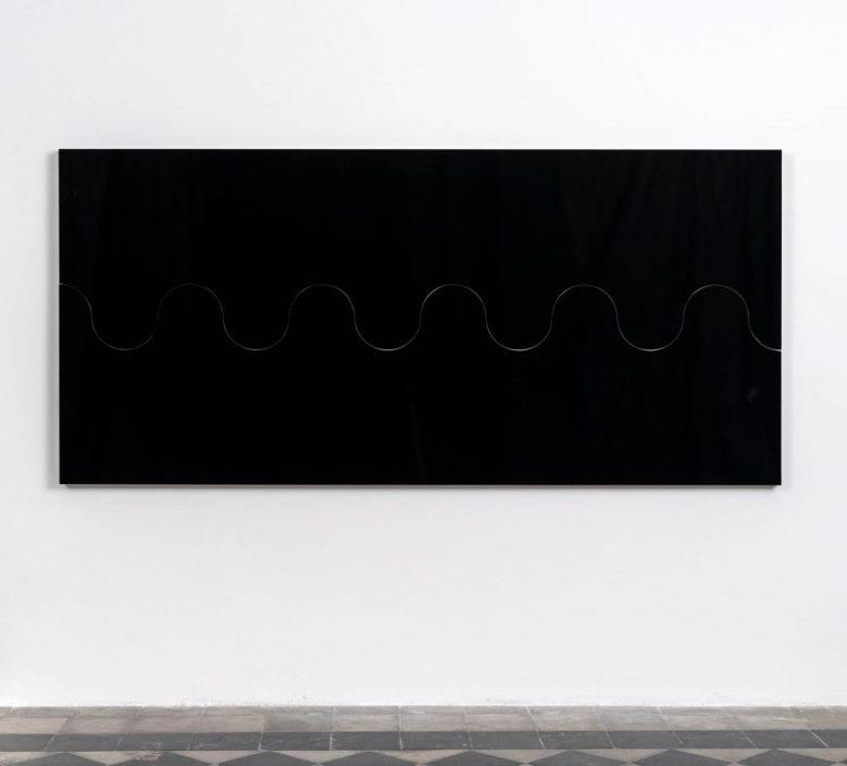 Sergio Lombardo, Superquadro con taglio ondulato, 1965-2020, 2 moduli in legno laminato nero, 280 x 77 x 5 cm (cad.) edizione di 3, exhibition copy, Photo credit: Giorgio Benni, Courtesy 1/9unosunove