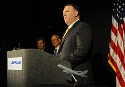 Mike Pompeo na cerimónia de assinatura de um dos maiores de sempre contratos de defesa dos EUA: 35.000 milhões para a Boeing construir 179 aviões de transporte de combustível, 25 de fevereiro de 2011 – Foto de Larry W. Smith/Epa/Lusa