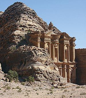 Ad-Deir, o el Monasterio, por encima del valle y uno de los más grandes de las estructuras excavadas en Petra. (Foto cortesía de Thomas Paraíso)