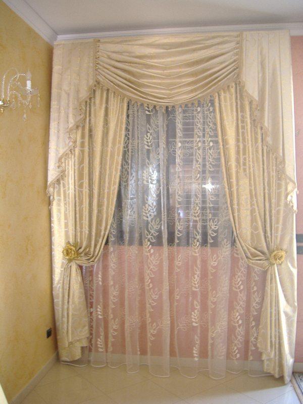 Tendaggi classici in seta con festoni e mantovane ornate di passamaneria e ambrasse houles. Modelli Tende Classiche