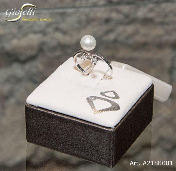 Anello in oro bianco con perla naturale forma sferica e diamanti