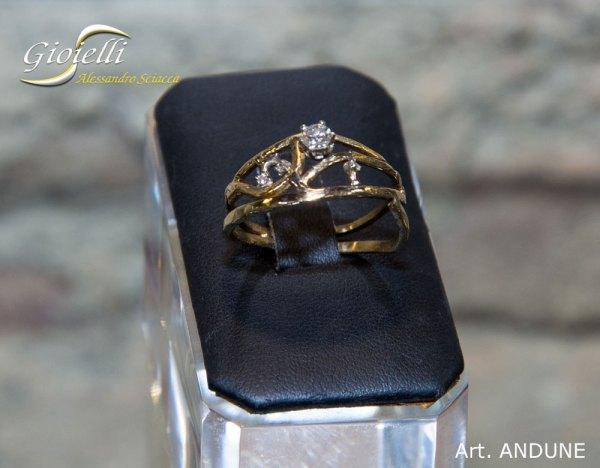 Anello in oro giallo con diamanti