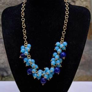 Girocollo in acciaio con charm agata bicolore azzurra/blu.