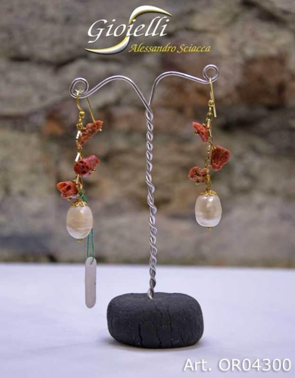 Orecchini in argento dorato,pendenti con corallo naturale e perle di fiume, chiusura monachella ad amo