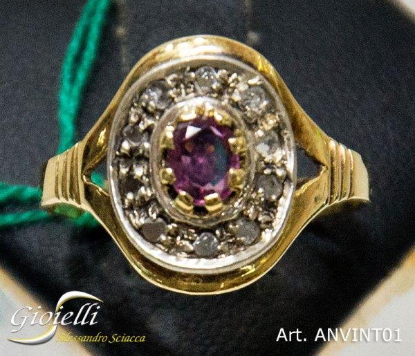 Anello vintage in oro giallo con rubino centrale e contorno di undici diamanti taglio rosetta