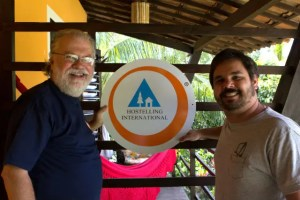 Carlos Augusto Silveira (HI) e o blogueiro Pedro Serra firmam o acordo