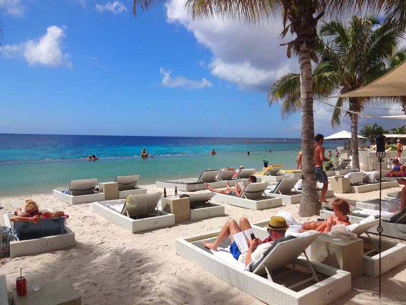 Onde comer em Curaçao - Papagayo Beach Club (Foto: Esse Mundo É Nosso)