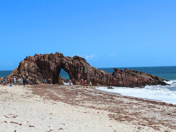Pedra fura em Jericoacoara (Foto: Esse Mundo É Nosso)