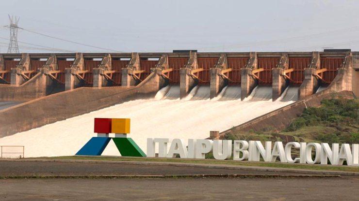 Itaipu com o vertedouro aberto (Reprodução de Vídeo: Itaipu Binacional)