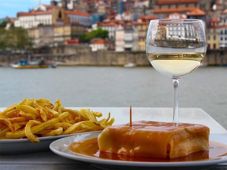 A famosa francesinha do Porto custa menos de €10