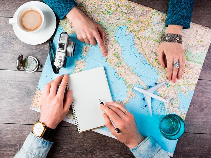Por que é tão importante conhecer pessoas quando viajamos (Foto via Shutterstock)