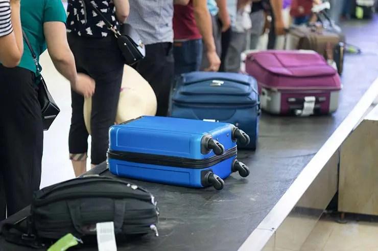 Senado aprova projeto para reverter cobrança de bagagem despachada (Foto via Shutterstock)